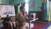 एटा के डॉ. लोकमन दास पब्लिक स्कूल में आयोजित पुलिस की पाठशाला को संबोधित करते एसएसपी।