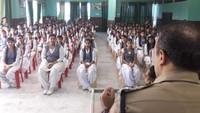 एटा के डॉ. लोकमन दास पब्लिक स्कूल में आयोजित पुलिस की पाठशाला में मौजूद विद्यार्थी।