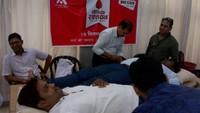 भदोही इंस्टीट्यूट ऑफ़ साइंस एंड टेक्नोलॉजी परिसर में आयोजित रक्तदान शिविर में रक्तदान करते लोग।