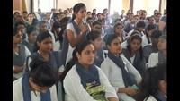 मथुरा के बीएसए महाविद्यालय आयोजित पुलिस की पाठशाला में एसएसपी से सवाल पूछती छात्रा।