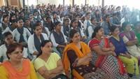 मथुरा के बीएसए महाविद्यालय आयोजित पुलिस की पाठशाला में मौजूद शिक्षक एवं छात्राएं।