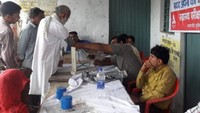 उन्नाव के बाढ़ प्रभावित क्षेत्र में आयोजित निःशुल्क स्वास्थ्य परीक्षण शिविर में स्वास्थ्य परीक्षण करते चिकित्सक।