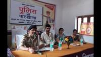 चंदौली के लाल बहादुर शास्त्री बालिका इंटर कॉलेज में आयोजित पुलिस की पाठशाला को संबोधित करते एसपी संतोष कुमार सिंह।