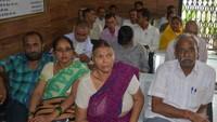 लखनऊ में आयोजित कैंसर जांच शिविर में जांच कराने के लिए मौजूद लोग
