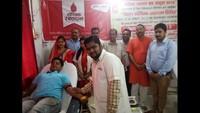राष्ट्रीय स्वैच्छिक रक्तदान दिवस के अवसर पर बरेली में आयोजित रक्तदान शिविर में रक्तदान करते लोगl