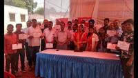 राष्ट्रीय स्वैच्छिक रक्तदान दिवस के अवसर पर बरेली में आयोजित रक्तदान शिविर में प्रशस्तिपत्र दिखाते लोगl