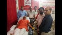 राष्ट्रीय स्वैच्छिक रक्तदान दिवस के अवसर पर आयोजित रक्तदान शिविर में रक्तदान करते लोगl