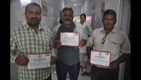 राष्ट्रीय स्वैच्छिक रक्तदान दिवस के अवसर पर मुरादाबाद में आयोजित रक्तदान शिविर में प्रशस्तिपत्र दिखाते लोगl