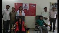 राष्ट्रीय स्वैच्छिक रक्तदान दिवस के अवसर पर नोएडा के सेक्टर-27 में आयोजित रक्तदान शिविर में रक्तदान करते लोगl