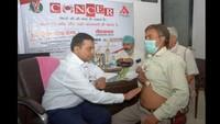 कानपुर के वेदांत हॉस्पिटल में आयोजित कैंसर जांच शिविर में चेकअप करते डॉ. विष्णु अग्रवाल