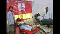 हरदोई में आयोजित रक्तदान शिविर में रक्तदान करते लोग