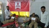 हरदोई में आयोजित रक्तदान शिविर में रक्तदान करते पुलिसकर्मी