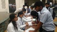 देहरादूनके ग्राफिक एरा विश्वविद्यालय में आयोजित रक्तदान शिविर में पंजीकरण कराते विद्यार्थी।