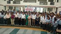 देहरादूनके ग्राफिक एरा विश्वविद्यालय में आयोजित रक्तदान शिविर में मौजूद विद्यार्थी और शिक्षक।