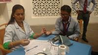 देहरादूनके ग्राफिक एरा विश्वविद्यालय में आयोजित रक्तदान शिविर में स्वास्थ्य परीक्षण करते स्वास्थ्यकर्मी।