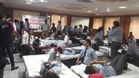 देहरादूनके ग्राफिक एरा विश्वविद्यालय में आयोजित रक्तदान शिविर में रक्तदान करते विद्यार्थी।