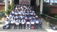 देहरादूनके ग्राफिक एरा विश्वविद्यालय में आयोजित रक्तदान शिविर में रक्तदान कर अपना प्रशस्तिपत्र दिखाते विद्यार्थी।
