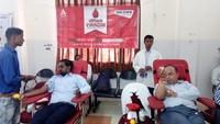 लखनऊ के गोयल इंस्टिट्यूट में आयोजित रक्तदान शिविर में रक्तदान करते लोग।