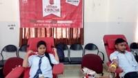 लखनऊ के गोयल इंस्टिट्यूट में आयोजित रक्तदान शिविर में रक्तदान करते विद्यार्थी।