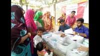 सरधना (मेरठ) के सलावा पीएचसी में आयोजित निःशुल्क स्वास्थ्य चिकित्सा शिविर में दवा बांटते फार्मासिस्ट।
