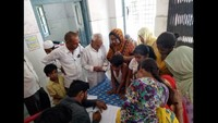 सरधना (मेरठ) के सलावा पीएचसी में आयोजित निःशुल्क स्वास्थ्य चिकित्सा शिविर में पंजीकरण कराते मरीज।