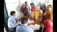 सरधना (मेरठ) के सलावा पीएचसी में आयोजित निःशुल्क स्वास्थ्य चिकित्सा शिविर में स्वास्थ्य परीक्षण करते चिकित्सक।