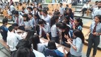 देहरादूनके ग्राफिक एरा विश्वविद्यालय में आयोजित रक्तदान शिविर के दूसरे दिन पंजीकरण कराते विद्यार्थी।