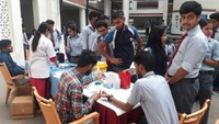 देहरादूनके ग्राफिक एरा विश्वविद्यालय में आयोजित रक्तदान शिविर के दूसरे दिन चेकअप कराते विद्यार्थी।