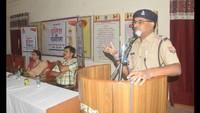 वाराणसी के वसंत कन्या महाविद्यालय में आयोजित पुलिस की पाठशाला को सम्बोषित करते एसपी ज्ञानेंद्र प्रसाद।