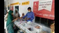 किठौर (मेरठ) के कस्बा शाहजहांपुर स्थित भवानी डिग्री कॉलेज में आयोजित निःशुल्क स्वास्थ्य शिविर में दवा वितरण करते फार्मासिस्ट।