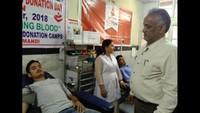 मंडी के जोनल अस्पताल आयोजित रक्तदान शिविर में रक्तदान करता युवा।