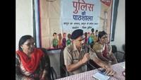 फिरोजाबाद के दाऊदयाल महिला महाविद्यालय में आयोजित पुलिस की पाठशाला को संबोधित करते एसपी महेंद्र सिंह।