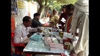 वाराणसी के भट्टी गांव में आयोजित शिविर में दवा प्राप्त करते मरीज।