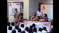 झांसी के ज्ञान स्थली पब्लिक इंटर कॉलेज में आयोजित पुलिस की पाठशाला को संबोधित करती महिला थानाध्यक्ष अर्चना सिंह।