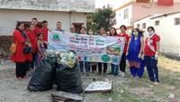 हल्द्वानी के चौधरी कॉलोनी में आयोजित सफाई अभियान के दौरान मौजूद संस्था के सदस्य एवं अन्य।