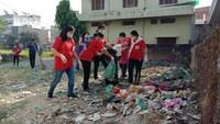 हल्द्वानी के चौधरी कॉलोनी में आयोजित सफाई अभियान के दौरान सफाई करते संस्था के सदस्य।