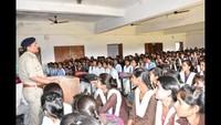 लालगंज के सरस्वती विद्या मंदिर में आयोजित पुलिस की पाठशाला को संबोधित करते सीओ ओमप्रकाश दुबे।