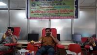 देहरादून के द इंश्योरेंस कंपनी के क्षेत्रीय कार्यालय में आयोजित रक्तदान शिविर में रक्तदान करते युवा।