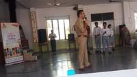 गाजियाबाद के केडीबी पब्लिक स्कूल में आयोजित पुलिस की पाठशाला को सम्बोधित करते एएसपी वैभव कृष्ण।