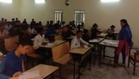 फैज़ाबाद के झुनझुनवाला ग्रुप ऑफ़ इंस्टिट्यूट में आयोजित अतुल माहेश्वरी छात्रवृत्ति परीक्षा के बाद उत्साहित दिखे अभ्यर्थी।