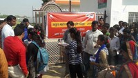 अतुल माहेश्वरी छात्रवृत्ति परीक्षा केंद्र पर प्रवेश पत्र देखते शिक्षक।