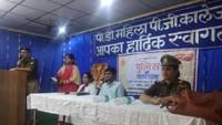 फर्रुखाबाद के पीडी महिला डिग्री कॉलेज में आयोजित पुलिस की पाठशाला को संबोधित करते सीओ अमृतपुर महेंद्र तिवारीl
