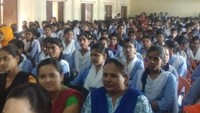 फर्रुखाबाद के पीडी महिला डिग्री कॉलेज में आयोजित पुलिस की पाठशाला में मौजूद छात्राएंl