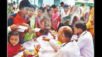 कुशीनगर (पडरौना) के मुसहर बस्ती में आयोजित बहुउद्देशीय स्वास्थ्य शिविर में परीक्षण करते चिकित्सक।