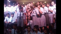 ग्रेटर नोएडा के होली पब्लिक स्कूल में आयोजित पुलिस की पाठशाला बच्चों के बीच मौजूद एसएसपी।