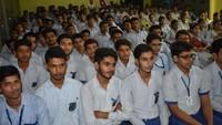 बुलंदशहर के संतोष इंटरनेशनल स्कूल में आयोजित पुलिस की पाठशाला में मौजूद विद्यार्थी