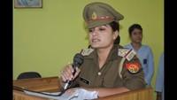 बुलंदशहर के संतोष इंटरनेशनल स्कूल में आयोजित पुलिस की पाठशाला को संबोधित करती महिला उपनिरीक्षक छवि सिंह