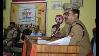 बुलंदशहर के संतोष इंटरनेशनल स्कूल में आयोजित पुलिस की पाठशाला को संबोधित करते एसपी क्राइम सहाब रशीद खां