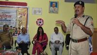 बुलंदशहर के संतोष इंटरनेशनल स्कूल में आयोजित पुलिस की पाठशाला को संबोधित करते एसएसपी के.बी.सिंह