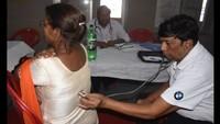 कानपुर के श्री उदासीन सामाधा आश्रम में आयोजित निःशुल्क स्वास्थ्य परीक्षण शिविर में जांच करते चिकित्सक